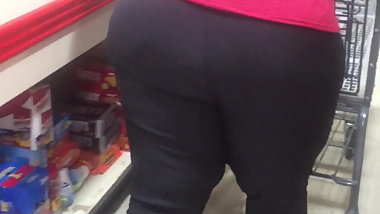 Thick Cougar Milf Candid in the checkout line